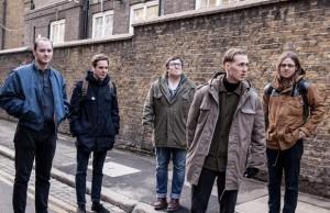 La banda de Leeds se puso ochentosa en su último single.