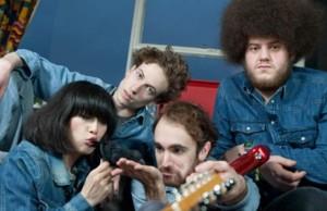 La banda de Londres sigue adelantando su próximo disco.